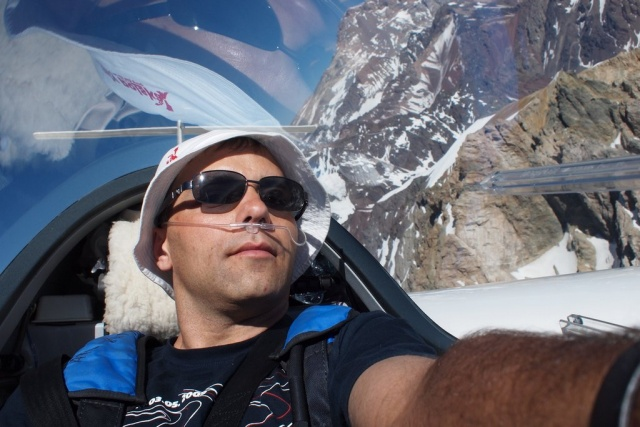 sebastian_kawa_piloting_over_the_aconcagua_640